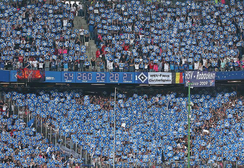 Schon zum Anpfiff im Hamburger Volksparkstadion ist klar: Dieses Spiel wird in die Geschichte der deutschen Fußball-Bundesliga eingehen.
