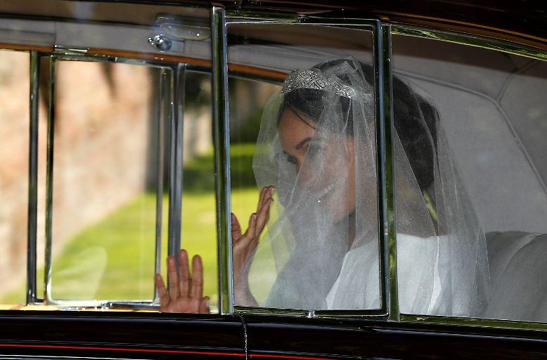 Winke, winke! Meghan Markle verlässt das Cliveden House Hotel auf dem Weg zur Hochzeit. Puls: womöglich 150.