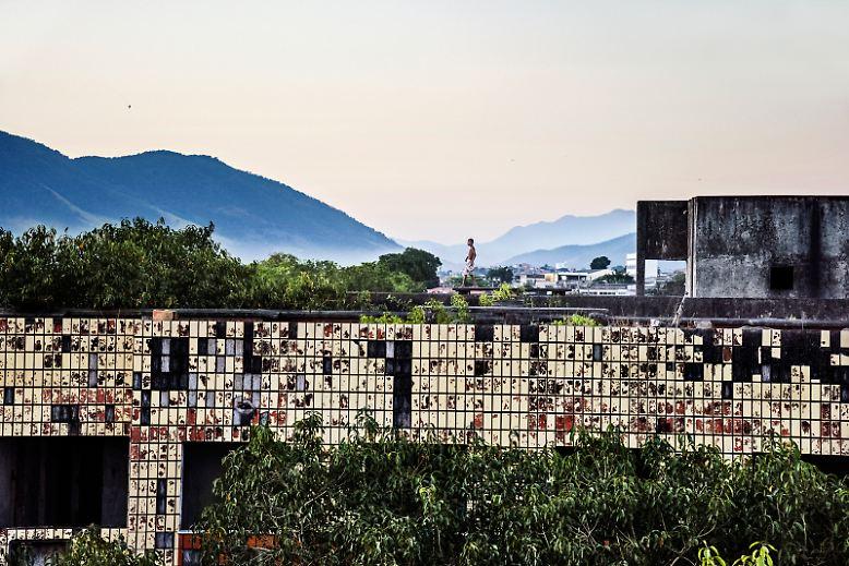 Von Weitem sieht es aus, als wären die Bauruinen, die am Rande von Rio de Janeiro stehen, völlig verlassen. Doch kommt man näher, ...