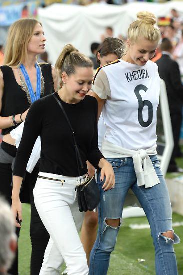 Es kann nur eine geben  - und diese drei Grazien hier sind es jedenfalls nicht mehr. Sarah Brandner, Mandy Capristo und Lena Gercke waren ziemlich vorzeigbare Spielerfrauen. Doch wo beim letzten WM-Sieg noch Liebe war, ist nun keine mehr.