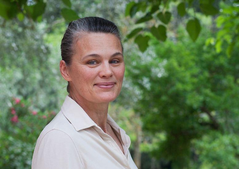 """Ein Freund sagte ihr einmal: """"Zufälle ereignen sich, das Schicksal ist aber ein Teil von uns."""" Ein Bonmot, das sich Johanna Ekmark zu eigen gemacht hat. Sie stammt aus Schweden, landet aber schon als Kind mit ihrer Familie in der Toskana - und sie bleibt. Mit 19 beschließt sie zunächst, Landwirtin zu werden, ..."""