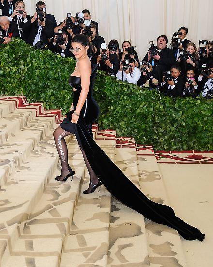 """In den letzten zwölf Monaten haben die Stars der Entertainment-Branche wieder viel Geld angehäuft: Die neue """"Forbes""""-Liste zeigt, dass die 100 bestbezahlten Entertainer der Welt 2018 zusammen 6,3 Milliarden US-Dollar vor Steuern (rund 5,3 Milliarden Euro) verdient haben. Dem ..."""