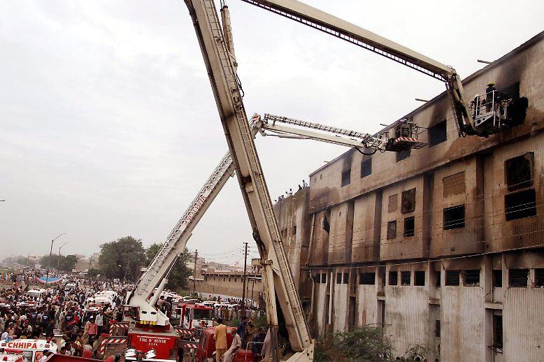 11. September 2012: Mit einem ohrenbetäubenden Knall beginnt das Inferno. Die Fabrik im Vorort der pakistanischen Hafenstadt Karachi ist schnell mit Rauch gefüllt. Arbeiter schreien um Hilfe. Flucht ist kaum möglich. Nur eine einzige Tür soll offen gewesen sein.