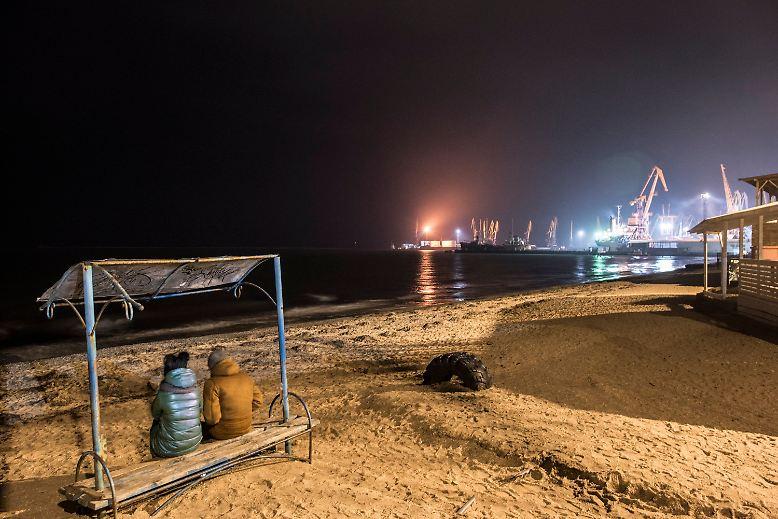 ... ist nicht weit weg. Die Stadt liegt direkt am Asowschen Meer, einem Nebenmeer des Schwarzen Meeres, verbunden durch die Straße von Kertsch. Wo sich abends in Sichtweite des Hafens junge Paare am Strand treffen, ... .