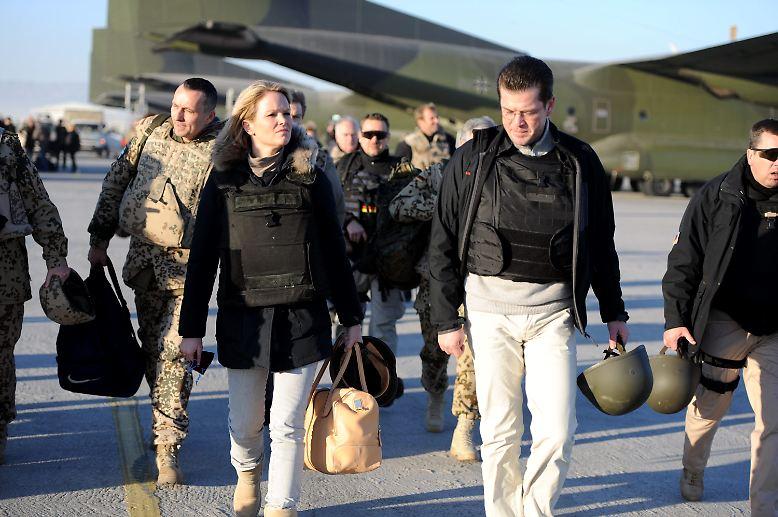 Für einen super Klatsch und Tratsch hat noch am Ende des Jahres unsere Verteidigungsminister-Gattin gesorgt: Mit schickem Leder-Weekender, ...