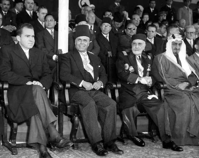 20. März 1956: Nach 75 Jahren unter französischer Kontrolle wird  Tunesien unabhängig. Habib Bourguiba (2. v. li.) wird zum Ministerpräsidenten  ernannt.