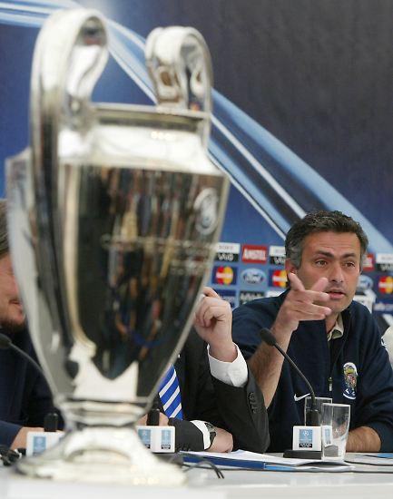 """""""Wenn ich einen einfachen Job gewollt hätte, wäre ich in Porto geblieben: Wunderschöner blauer Stuhl, die Champions- League-Trophäe, Gott und nach Gott ich."""" Mourinho als neuer Chelsea-Coach. Kurz vor seinem Engagement in London hatte er mit dem FC Porto die Champions League gewonnen."""