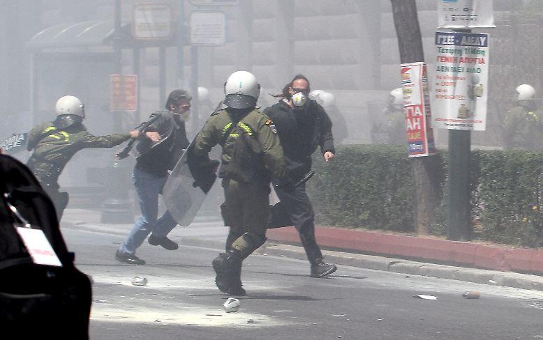 Bei Protesten in Griechenland gegen den Sparkurs der Regierung ....