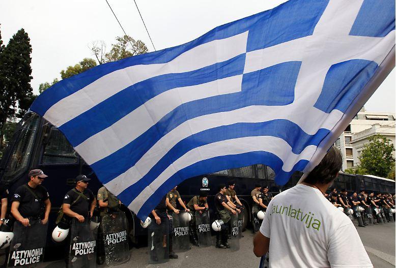 Mit Massendemonstrationen und einem Generalstreik protestieren die Griechen vehement gegen das neue Sparprogramm der Regierung.