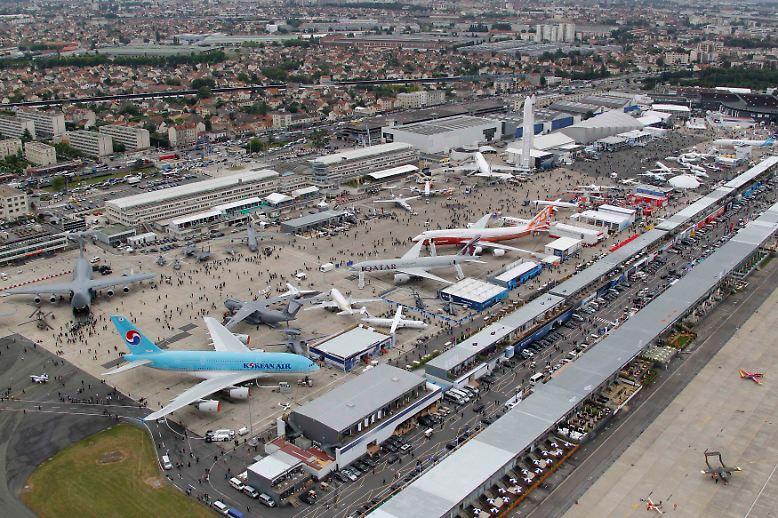 Mit viel Spektakel, dröhnendem Getöse und einer spektakulären Auftragsflut für den europäischen Flugzeugbau feiert Frankreich die 49. Luftfahrtausstellung in Le Bourget bei Paris.