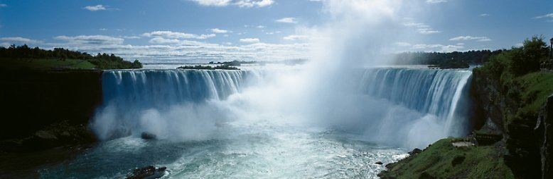 """Die wohl bekannteste """"Natur""""-Sehenswürdigkeit des Landes sind die Niagara-Fälle. Sie sind 52 Meter hoch und 675 Meter breit. Jährlich besuchen sie mehr als 5 Millionen Menschen."""