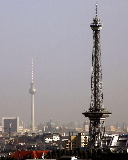 Der Berliner Funkturm ist neben dem Fernsehturm (hinten links), ...