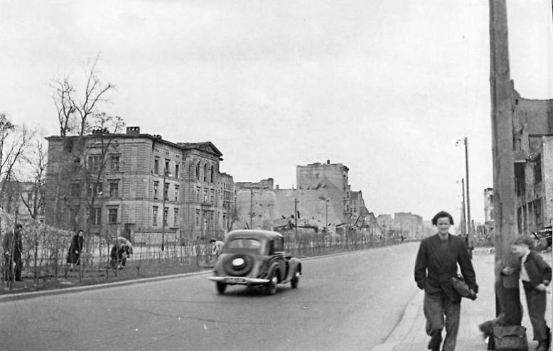 """""""Auferstanden aus Ruinen und der Zukunft zugewandt"""" - so begann die Nationalhymne der DDR und diese Zeilen galten besonders für die Stalinallee im Ostteil Berlins. (Stalinallee 1950)"""