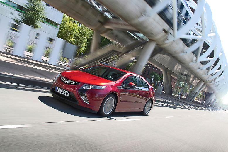 """Der Opel Ampera ist """"Car of the Year 2012"""". Den Elektro-Opel  hat sein rundum durchdachtes Konzept ins Finale und zum Sieg getragen. Mit seinem Elektroantrieb und einem Range Extender kann der Ampera Strecken wie ein normaler Benziner oder Diesel zurücklegen. Für die Käufer hat das allerdings seinen Preis."""
