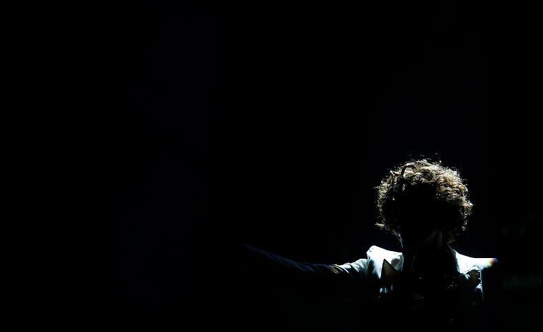 """Als Whitney Houston stirbt, trauern viele Menschen um eine begnadete Sängerin. Aber sie erinnern sich auch an den Absturz der """"Queen of Pop""""."""