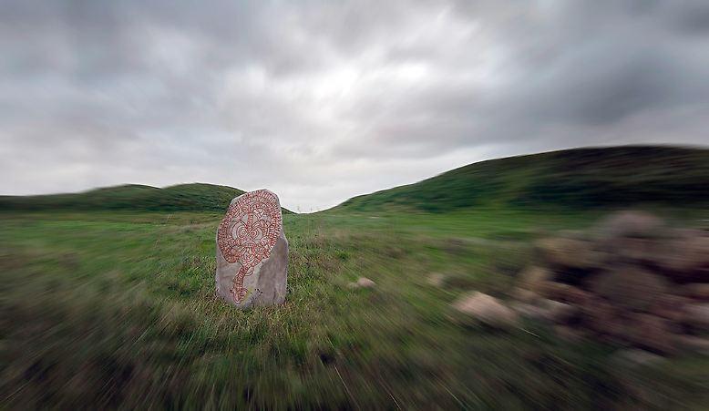 Historie in Stein gemeißelt. Es sind die Mächtigen, die diese Geschichte schreiben – eine zutiefst menschliche Geschichte. Doch was ist mit den vergessenen, den verdrängten Gattungen, die die Erde einst bevölkerten und beherrschten?