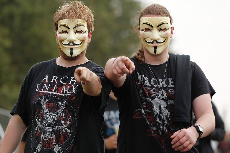 """Nanu, was ist denn hier los? Zwei """"Anonymous""""-Nerds im Zwillingslook?"""
