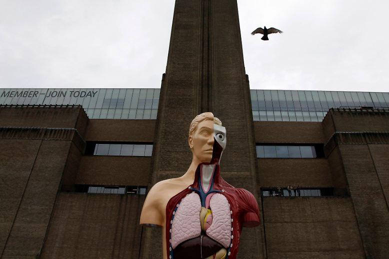 Die einen halten ihn für einen großen Künstler, andere sehen in ihm einen geldfixierten Berufs-Provokateur. Einen Überblick über das Werk von Damien Hirst gibt die erste Retrospektive in seiner Heimat in der Londoner Tate Modern. Hier einige spektakuläre Stücke aus der Schau.