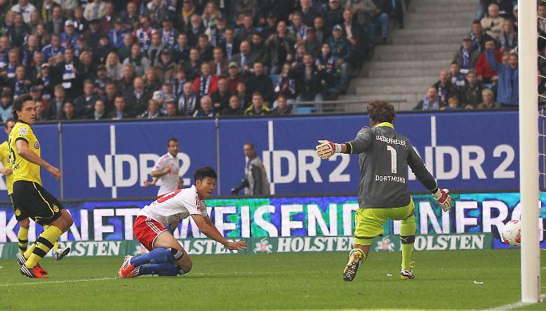 Der Hamburger SV startet rasant in die Partie gegen den Meister und geht bereits in der 2. Minute durch den Südkoreaner Son in Führung. Die Vorarbeit kommt von Rückkehrer Rafael van der Vaart.