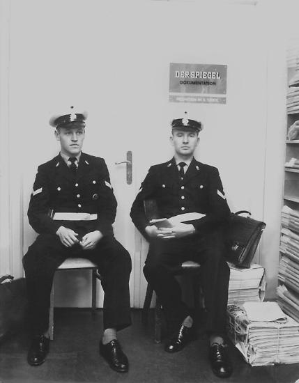 """Am 26. Oktober 1962 besetzt die Polizei die Redaktion des """"Spiegel"""" in Hamburg."""