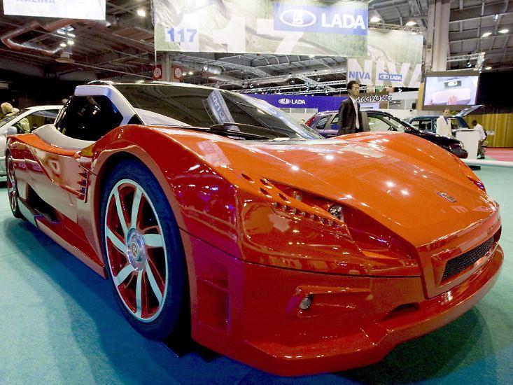 Raten Sie doch mal, welche Marke auf dem Mondial le l'Automobile in Paris diese Rakete präsentiert. Nein, nein, nein! Es ist Lada. Ja, eben jener russische Hersteller, der für seine sonst eher billigen Autos bekannt ist. Insofern kann getrost davon ausgegangen werden, dass diese Studie nie in Serie geht. Schade eigentlich.