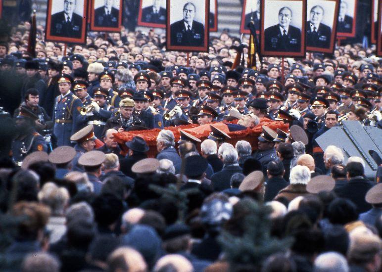"""Moskau am 15. November 1982: KPdSU-Generalsekretär Breschnew wird zu Grabe getragen. Er war fünf Tage zuvor im Alter von 75 Jahren gestorben. 18 Jahre lang war er der erste Mann der Sowjetunion. Die Ära Breschnew wird später von Michail Gorbatschow als """"Zeit der Stagnation"""" eingestuft. Es kommt zwar während seiner Herrschaft zu keinen großen sozialen und politischen Verwerfungen. Allerdings gibt es bereits unter Breschnew erste Anzeichen des wirtschaftlichen Verfalls."""