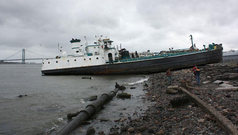 """Mit voller Wucht trifft """"Sandy"""" als einer der folgenreichsten Wirbelstürme seit Jahrzehnten die US-Ostküste samt New York und hält Millionen Menschen weiter in Atem."""