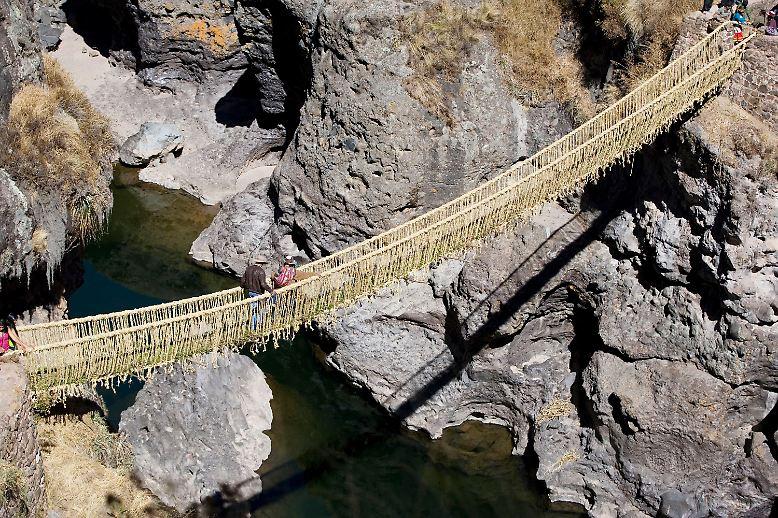 In den peruanischen Anden, über dem reißenden Fluss Apurimac, in einer Höhe von etwa 4000 Metern über dem Meeresspiegel, gibt es etwas ganz Erstaunliches, Spektakuläres: eine Brücke ganz aus Gras.