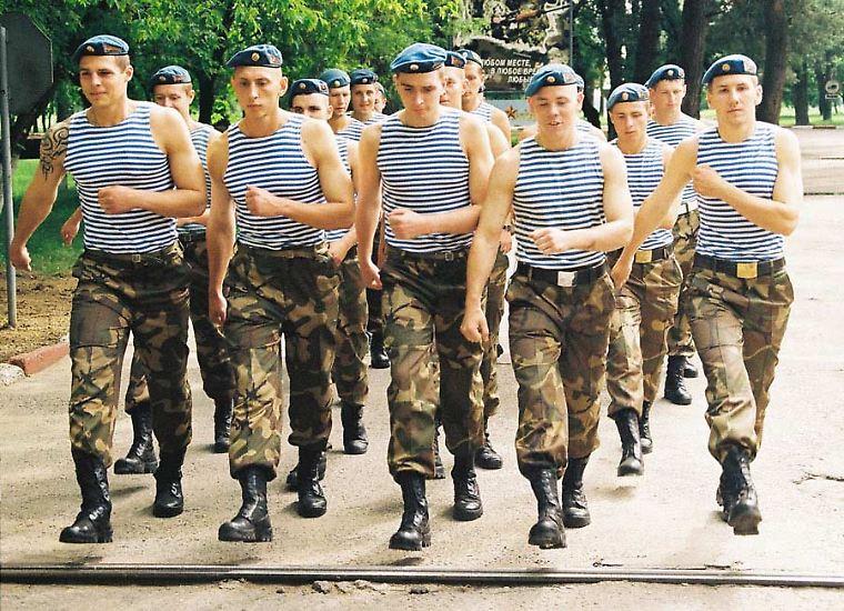 Die Armee Weißrusslands betrachtet sich als einen Nachfolger der Roten Armee. Und tatsächlich: Traditionen, Ausrüstung, Rituale und das Verhältnis zwischen Offizieren und Rekruten stammen aus einer Zeit, die eigentlich längst vergangen ist.