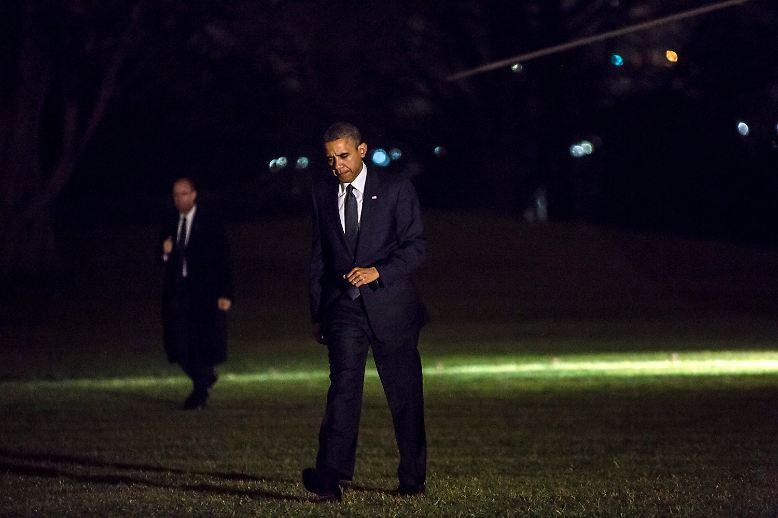Es ist eine nachdenkliche Rückkehr vom Ort der Tragödie. US-Präsident Barack Obama landet am Weißen Haus, nachdem er in Newtown im Bundesstaat Connecticut eine Trauerfeier für die Opfer des schrecklichen Amoklaufs besucht hat.