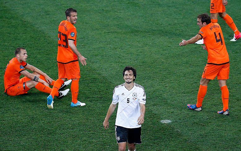 Seligkeit und Selbstzerfleischung: DFB-Verteidiger Mats Hummels genießt die 2:0-Führung im EM-Gruppenspiel gegen Erzrivale Niederlande.