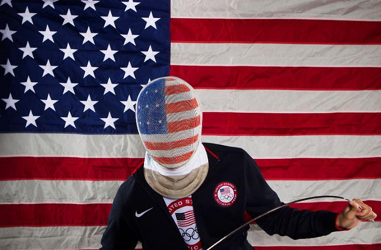 Stimmig: Fechterin Alexander Massialas posiert vor der US-Flagge.