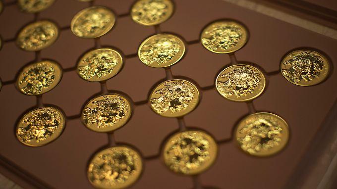 Bargeld und Gold lacht.