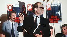"""""""Stern""""-Reporter Gerd Heidemann präsentiert 1983 auf der Pressekonferenz des """"Stern"""" die vermeintlichen Dokumente."""
