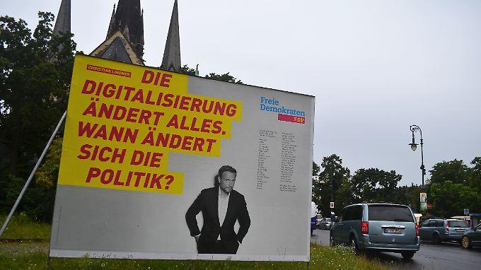 Große Plakate werben am Berliner Südstern für die Freien Demokraten.