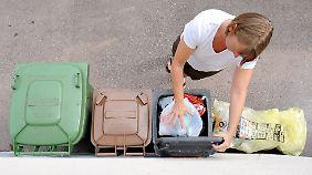Manche haben die Tonnen vor der Haustür, andere müssen die Tüten eigens zum Recyclinghof bringen.