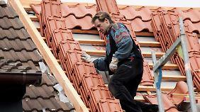 Das Dach neu decken lassen ist oftmals günstiger als eine Reinigung und Neubeschichtung.