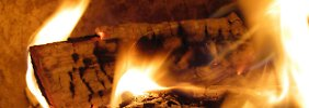Im Moment denkt man bei Feuerstätten eher an den Würstchengrill als an Kamine. Doch der nächste Winter kommt bestimmt.