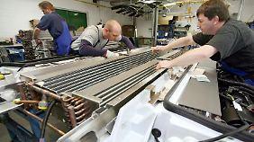 Experten für Kältetechnik sind bei vielen Industrieunternehmen gefragt - das gilt zum Beispiel für die Montage von Klimaanlagen.