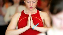 Die typische Gebetshaltung soll die Energie auf Höhe des Herzchakras bündeln.